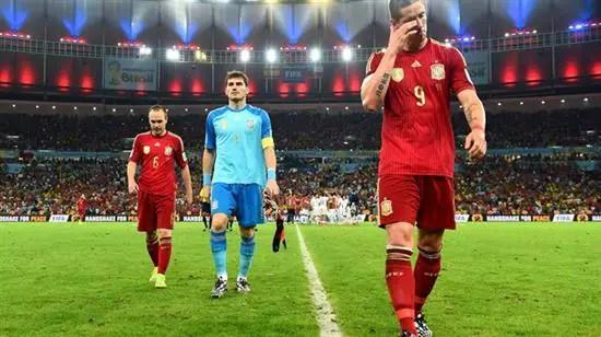 Pemain Spain keluar padang dengan penuh kekecewaan