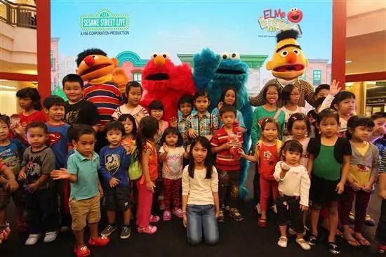 Elmo bergambar bersama kanak-kanak