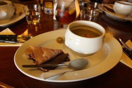 Soupe aux pois cassés avec pain de seigle et lard fumé