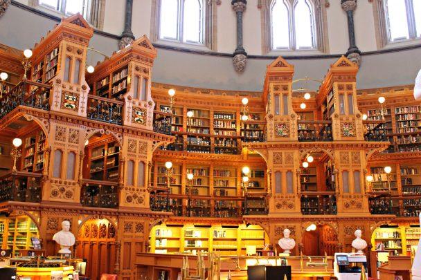 Limmense bibliothèque du Parlement canadien