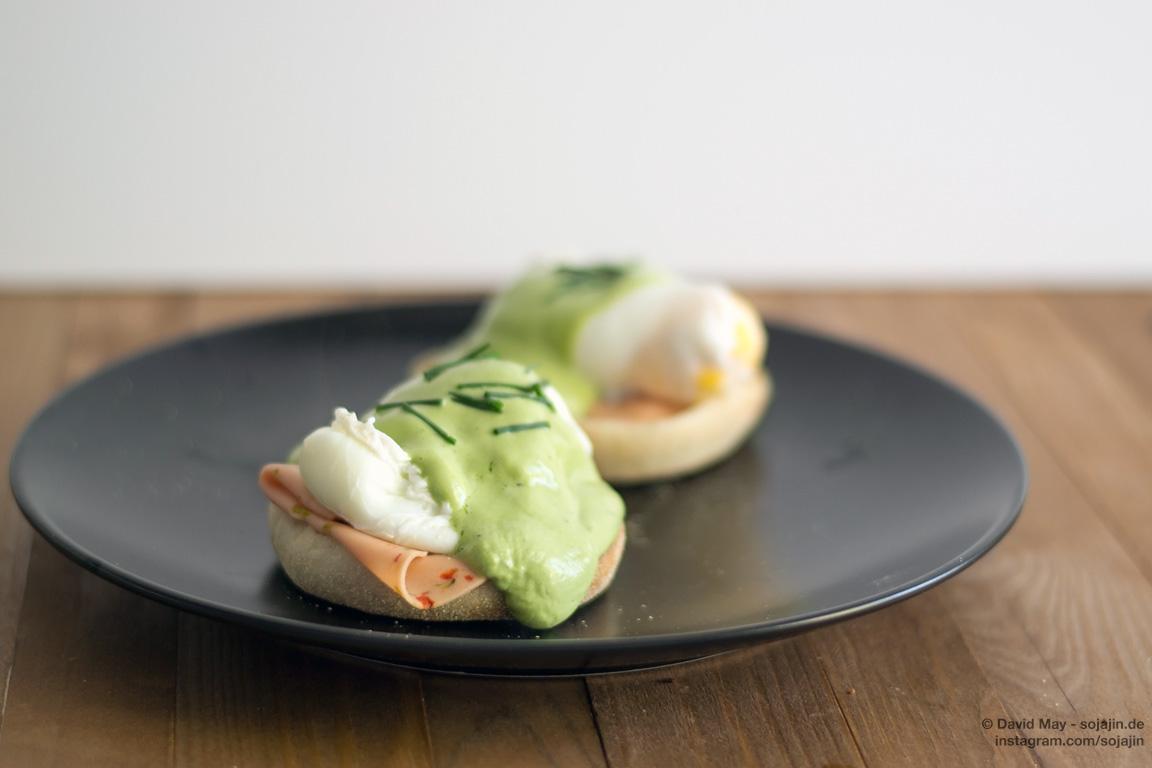 Egg Benedict mit selbstgemachter Matcha-Hollandaise