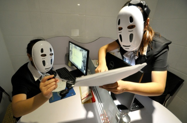 [RANDOM] Chinese employees wear 'No Face' masks from Spirited Away to relieve stress