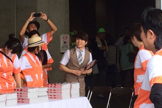 Comiket 90: T.M. Revolution sells his own doujinshi while event goers dash outside station