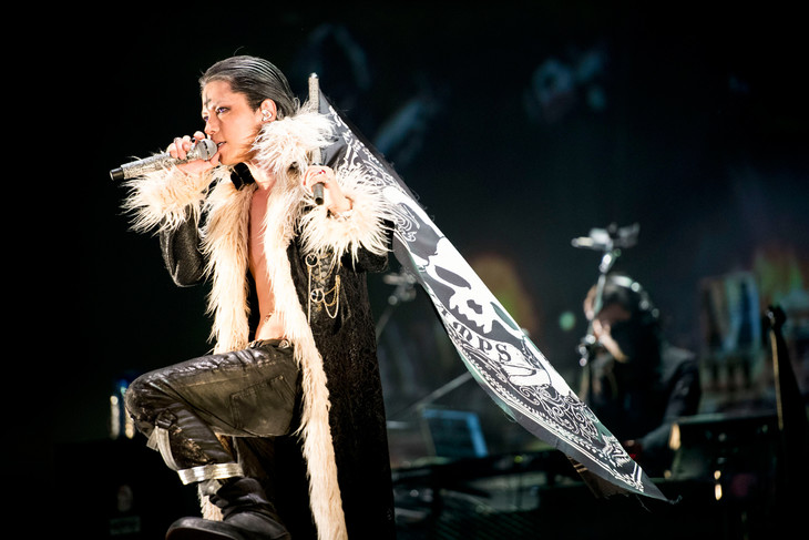Jrocker HYDE cosplays as Hunter x Hunter villain during VAMPS concert
