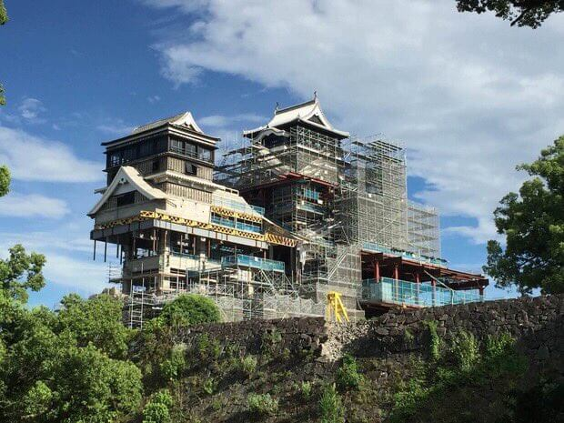 Kumamoto Castle looks like a giant robot when under renovation…