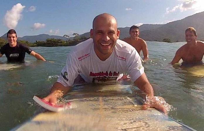 В Бразилии пастор проповедует Благую весть серфингистам