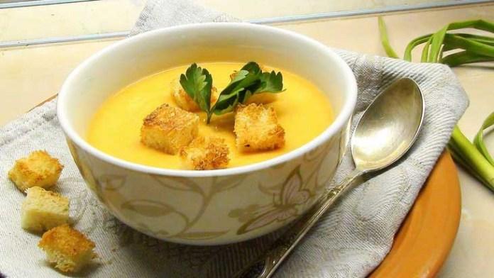 Протертый гороховый суп с хлебом