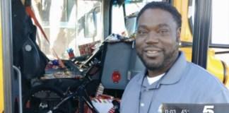 Водитель школьного автобуса в США сделал подарки 70 ученикам