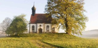 На окраине в церквушке