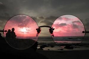 Будто стёкла очков из рубина