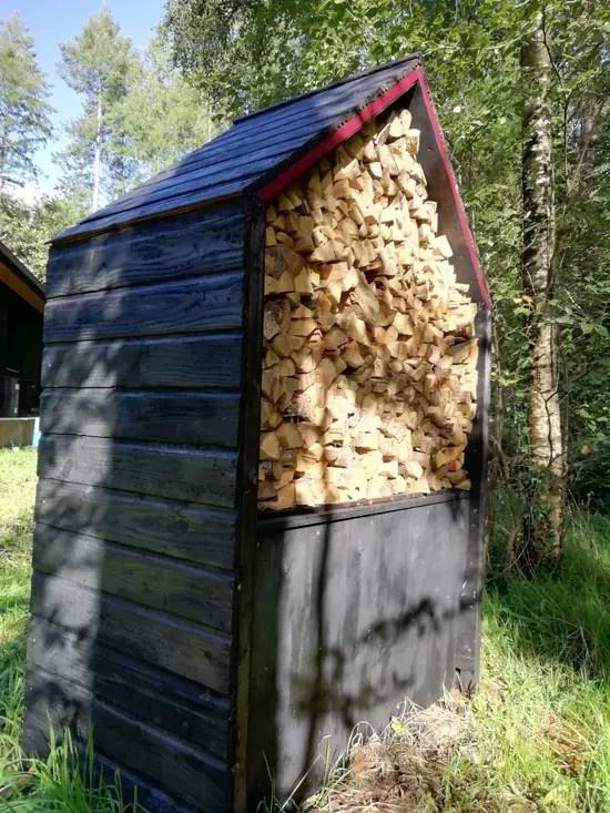 Projet en bois brûlé Shou Sugi Ban. Bûcher en forme de maison