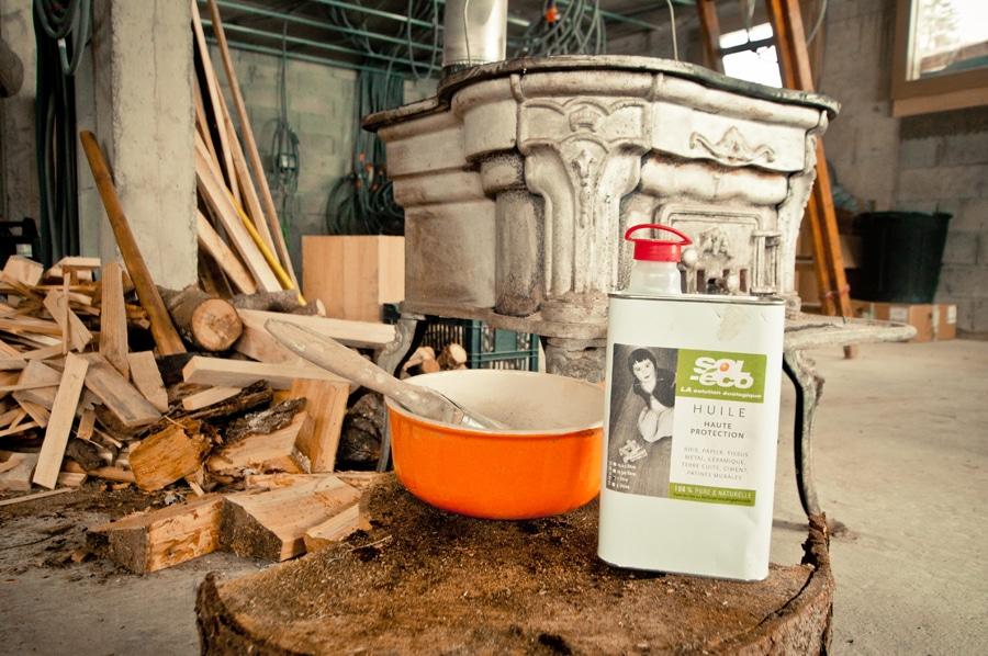 bidon d'huile de Tung sol-éco posé dans un chantier