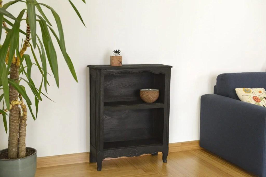 peti meuble d'appoint en bois brûlé Shou Sugi Ban installé dans le salon