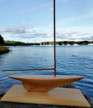 petit bateau sculpté en cèdre du Japon (sugi)