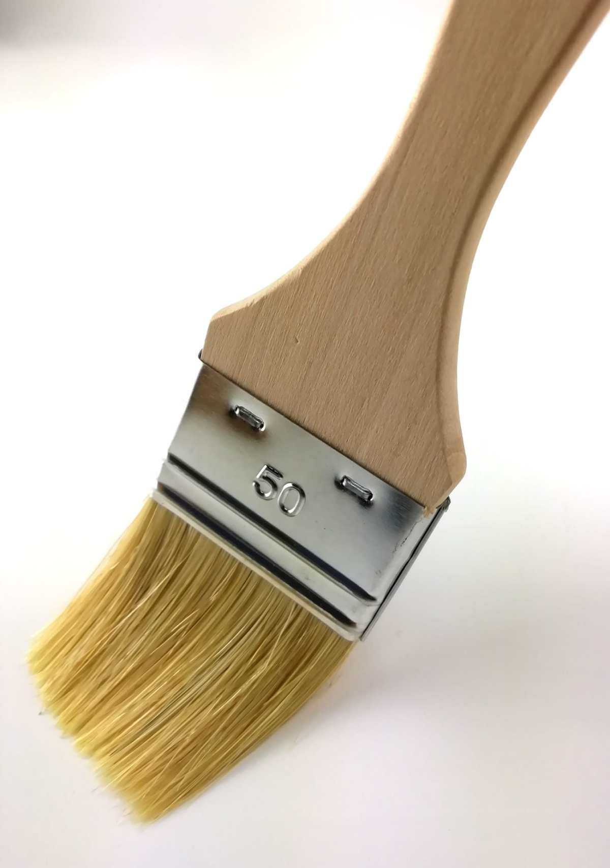 pinceau soies naturelles 50mm manche en peuplier brut vue en plongée