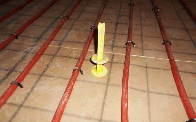 Préparation d'un plancher chauffant hydraulique avant coulage de chape liquide.