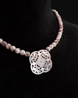Solal Bijoux Haute Fantaisie collier aimanté de perles en céramique mat blanc effet marbré rouge et noir