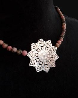 Solal Bijoux Haute Fantaisie collier aimanté de perles en rhodonite mat rose et taupe