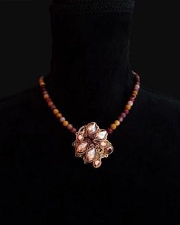 Solal Bijoux Haute Fantaisie collier aimanté de perles en jaspe mokaïte ocre et bijou nomade doré et brun