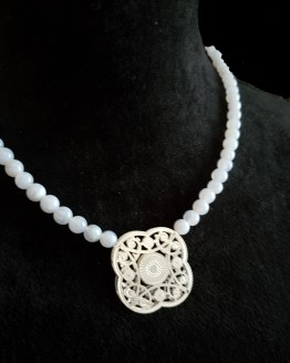 Solal Bijoux Haute Fantaisie collier aimanté de perles en agate bleu pâle