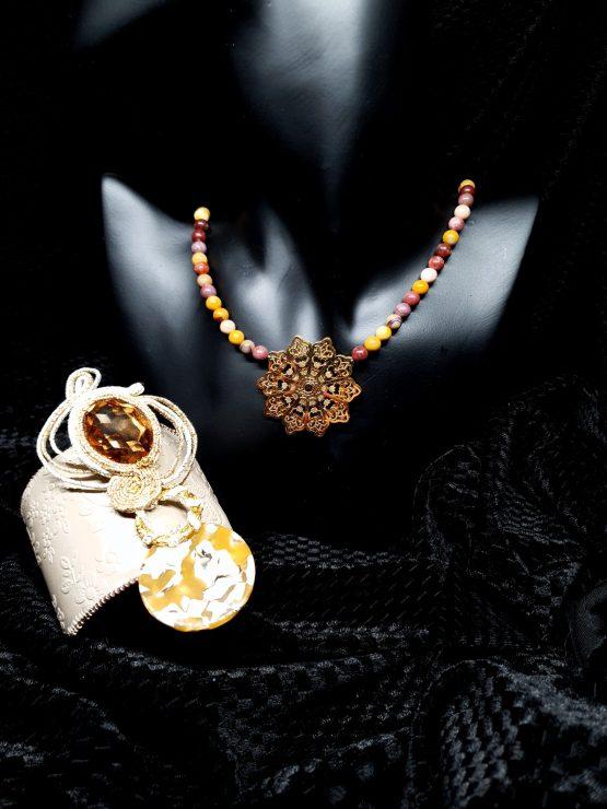 Solal Bijoux Haute Fantaisie bijou nomade beige et or avec collier aimanté et manchette