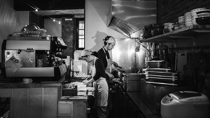 Tomoko et son cuisinier dans la cuisine du Solaneko-cantine japonaise et salon de thé à Toulouse ©louisderigon
