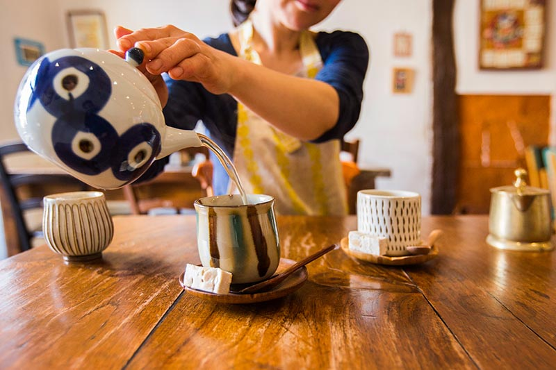 Tomoko sert le thé - Solaneko©louisderigon