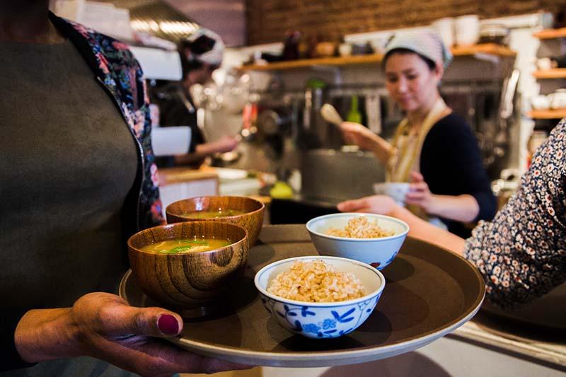 Soupe miso et bol de riz-Solaneko-cantine japonaise à Toulouse ©louisderigon