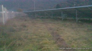 刈払機で草を刈った後の太陽光発電所