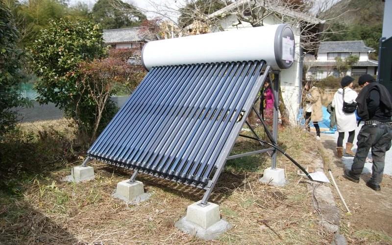 田中優さん宅の太陽熱温水器(寺田鉄工所製「サントップ」)