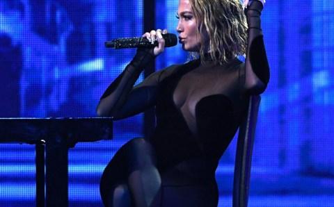 Jennifer Lopez posó desnuda, ¡y tiene más cuadros en su abdomen que una galería de arte!