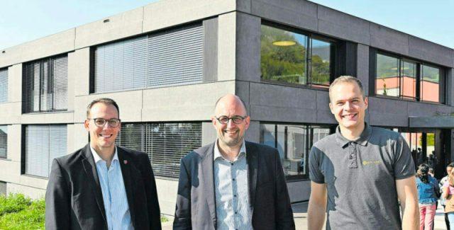 v.l.: Fabian Gloor (Gemeindepräsident), Christoph Schaer (Arbeitsgruppe Energiestadt Oensingen), Silvan Andraschko (Solarify)