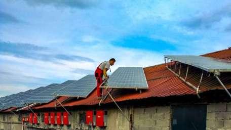 Instalacja paneli fotowoltaicznych na dachu w Koninie