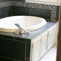 Luxurious bath with freestyle accent