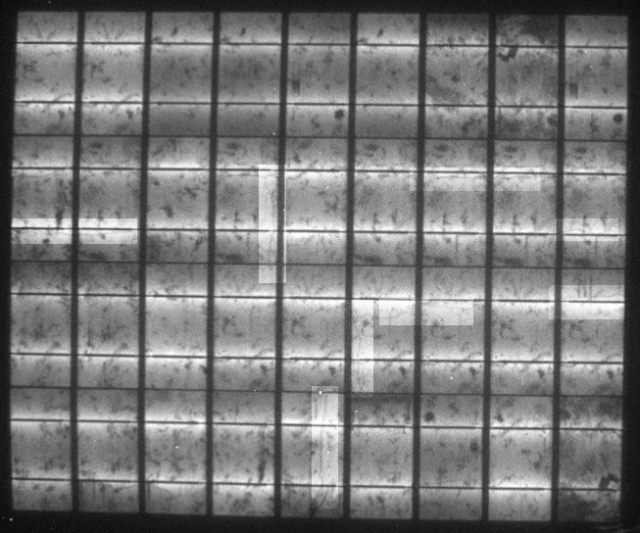 Elektrolumineszenz-Aufnahme des flexiblen polykristallinen Solarmoduls vor dem Winter