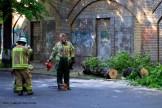 Feuerwehrfrauen zersägen umgefallenen Baum in der Nordbahnstraße (6)