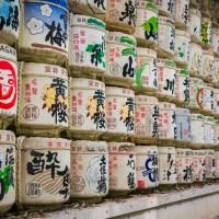 Les barils de saké (kazaridaru) des temples japonais.