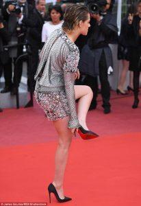 Kiristen Stewart taking off her heels