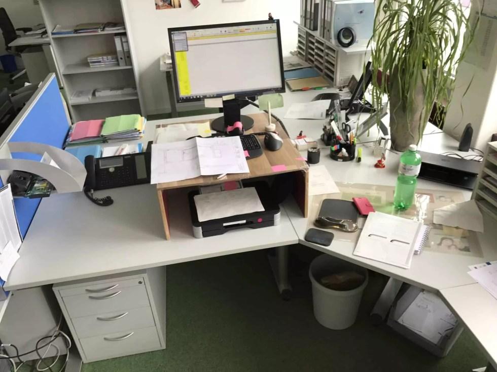 Eck-Schreibtisch mit fester Tischhöhe und kreativer Tischerhöhung