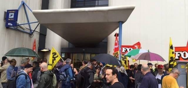 Marche contre la fermeture de 6 bureaux de Poste à Grenoble.