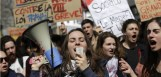 University students protest against the government's planned labour reform on April 5, 2016 in Paris. The Socialist government is desperate to push through reforms to France's controversial labour laws, billed as a last-gasp attempt to boost the flailing economy before next year's presidential election.  AFP PHOTO / KENZO TRIBOUILLARD / AFP PHOTO / KENZO TRIBOUILLARD