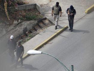 οπλισμένοι κουκουλοφόροι στά δυτικά του Καράκας foto:solidaridad_griega