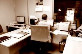 El Banco solo cuenta con 4 empleados. La secretaria supervisa desde la oficina el trabajo de la nave. MARTA LASA