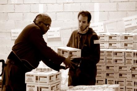 El trabajo en equipo es fundamental para organizar y distrubuir la comida. MARTA LASA