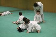 """La profe de judo enseña a los peques a través de pictogramas en el iPad cómo hacer el saludo. Cree que sus niños avanzan cada día más, y ya no tiene que estar constantemente utilizando """"pictos"""". PAULA PARCHA"""