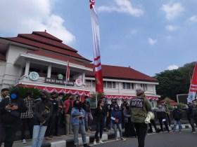 Pemuda di Malang Memprotes Omnibus Law
