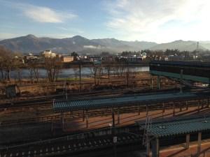 朝日を浴びる小出駅ホーム
