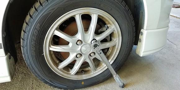 スタッドレスタイヤのナットを緩めます。