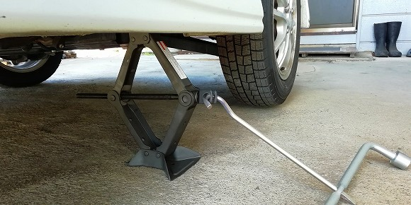 タイヤが浮くまで、ジャッキアップします。