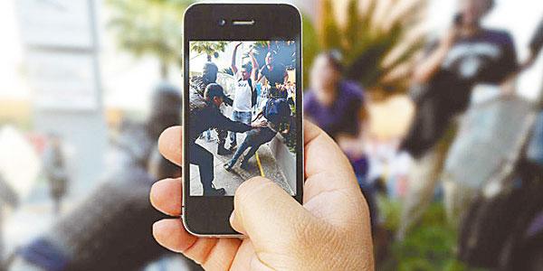¿Es ilegal grabar a un policía con el celular?
